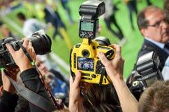KYIV, UCRANIA - 26 DE MAYO DE 2018: Un gran número de cámaras y de pho Foto de archivo libre de regalías