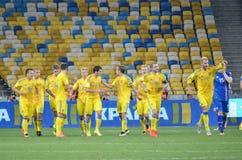 KYIV, UCRANIA - DE SEPT. EL 5 DE 2016: El equipo de fútbol de Ucrania celebra Imagen de archivo