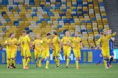 KYIV, UCRANIA - DE SEPT. EL 5 DE 2016: El equipo de fútbol de Ucrania celebra Fotografía de archivo