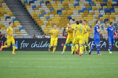 KYIV, UCRANIA - DE SEPT. EL 5 DE 2016: El equipo de fútbol de Ucrania celebra Foto de archivo