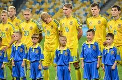 KYIV, UCRANIA - DE SEPT. EL 5 DE 2016: El equipo de fútbol de Ucrania escucha Imagenes de archivo