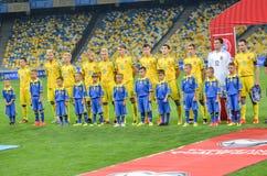 KYIV, UCRANIA - DE SEPT. EL 5 DE 2016: El equipo de fútbol de Ucrania escucha Imagen de archivo