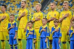 KYIV, UCRANIA - DE SEPT. EL 5 DE 2016: El equipo de fútbol de Ucrania escucha Fotos de archivo