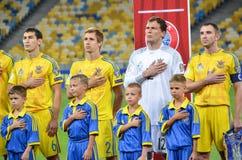 KYIV, UCRANIA - DE SEPT. EL 5 DE 2016: El equipo de fútbol de Ucrania escucha Imágenes de archivo libres de regalías