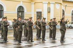 KYIV, UCRANIA, el 26 de mayo de 2017; Banda militar en el día de fiesta de la graduación del liceo militar de Ivan Bohun Fotos de archivo