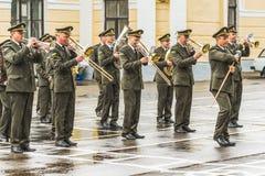 KYIV, UCRANIA, el 26 de mayo de 2017; Banda militar en el día de fiesta de la graduación del liceo militar de Ivan Bohun Imagenes de archivo