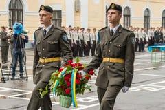 KYIV, UCRANIA, el 26 de mayo de 2017; La ceremonia de la colocación florece en memoria de los soldados muertos Imagen de archivo libre de regalías