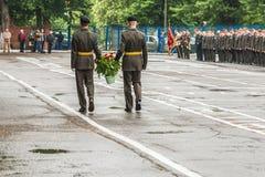 KYIV, UCRANIA, el 26 de mayo de 2017; La ceremonia de la colocación florece en memoria de los soldados muertos Imagen de archivo