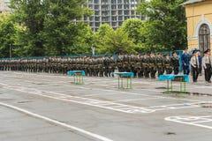 KYIV, UCRANIA, el 26 de mayo de 2017; Una ceremonia en honor del final del año escolar en el liceo militar de Ivan Bohun Fotografía de archivo libre de regalías
