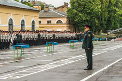 KYIV, UCRANIA, el 26 de mayo de 2017; Una ceremonia en honor del final del año escolar en el liceo militar de Ivan Bohun Foto de archivo libre de regalías