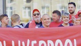 Kyiv, Ucrania, el 26 de mayo de 2018 - las fans sostienen la bandera roja - liga 2018 de los campeones almacen de metraje de vídeo