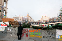 KYIV, UCRANIA: Hombre adulto que mira la demostración en un área rodeada por las barricadas Fotos de archivo libres de regalías