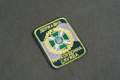 KYIV, UCRANIA - julio, 16, 2015 Insignia uniforme del guardia fronterizo de Ucrania en el uniforme camuflado imagen de archivo libre de regalías