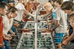 KYIV, UCRANIA, liga de la barra concesiones KickerKicker del 10 de junio de 2018 Los hombres y las mujeres activos se divierten d Fotos de archivo libres de regalías