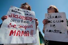 KYIV, UCRANIA - MAYO, 11, 2015: El activista sostiene un cartel que pide el lanzamiento del piloto capturado Nadia Savchenko Fotos de archivo libres de regalías