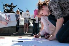 KYIV, UCRANIA - MAYO, 11, 2015: El activista sostiene un cartel que pide el lanzamiento del piloto capturado Nadia Savchenko Imágenes de archivo libres de regalías