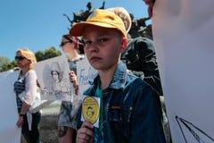 KYIV, UCRANIA - MAYO, 11, 2015: El activista sostiene un cartel que pide el lanzamiento del piloto capturado Nadia Savchenko Imagen de archivo libre de regalías