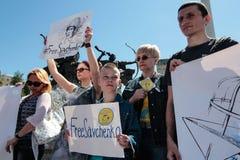 KYIV, UCRANIA - MAYO, 11, 2015: El activista sostiene un cartel que pide el lanzamiento del piloto capturado Nadia Savchenko Foto de archivo