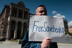 KYIV, UCRANIA - MAYO, 11, 2015: El activista sostiene un cartel que pide el lanzamiento del piloto capturado Nadia Savchenko Fotos de archivo