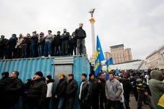 KYIV, UCRANIA: Muchedumbre de los manifestantes que ocupan los remolques que se colocan en la demostración antigubernamental Foto de archivo