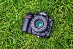 Kyiv, Ucrania 16 05 2018 - Primer de la cámara de Nikon D850 con Nikkor lente de 50 milímetros en una hierba Imagen de archivo libre de regalías