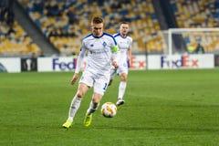 """Kyiv Ukraina †""""November 8, 2018: Viktor Tsygankov kontrollerar bollen under för ligamatchen för UEFA Europa Kyiv för dynamo † arkivfoton"""