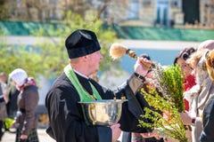 KYIV UKRAINA - APRIL 12, 2017: Patriarken av den ukrainska ortodoxa kyrkan av Kyiv patriarchate välsignar påskkakor och målade äg Arkivfoton