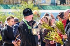 KYIV UKRAINA - APRIL 12, 2017: Patriarken av den ukrainska ortodoxa kyrkan av Kyiv patriarchate välsignar påskkakor och målade äg Royaltyfria Foton