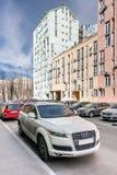 Kyiv Ukraina - April 10th, 2016: Emblemet på den främre skyddsgallret av en lyxiga Audi Q7 på stadsgatan Arkivfoto