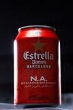 KYIV UKRAINA, AUGUSTI 2017: Kanske Estrella Dam öl Estrella Dam - Pilsner öl som bryggas i Barcelona, Catalonia, Spanien Arkivfoto