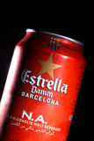 KYIV UKRAINA, AUGUSTI 2017: Kanske Estrella Dam öl Estrella Dam - Pilsner öl som bryggas i Barcelona, Catalonia, Spanien Fotografering för Bildbyråer