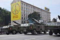 Kyiv Ukraina - Augusti 24, 2014: Militära bilar som går under ståta av självständighetsdagen av Ukraina Arkivbilder