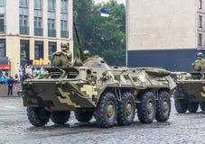 KYIV UKRAINA - AUGUSTI 24, 2016: Militären ståtar in, hängivet till självständighetsdagen av arkivfoto