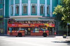 KYIV, UKRAINA CZERWIEC 26, 2018: Czerwony autobusu piętrowego autobus jest chmielu autobusem dla zwiedzać w Kijów fotografia stock