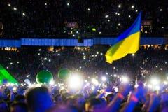 KYIV UKRAINA, CZERWIEC, - 21: Kniaź flaga na koncercie Okean Elzy Obrazy Stock