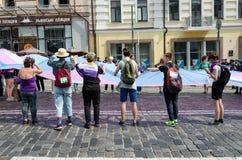 Kyiv Ukraina, Czerwiec, - 23, 2019 Marzec równość LGBT marsz KyivPride homoseksualna parada Ludzie unfurled ogromną tęczy flagę obrazy stock