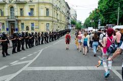 Kyiv Ukraina, Czerwiec, - 23, 2019 Marzec równość LGBT marsz KyivPride homoseksualna parada Rzędy policjantów strażowi maszerując obrazy royalty free