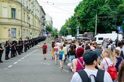 Kyiv Ukraina, Czerwiec, - 23, 2019 Marzec równość LGBT marsz KyivPride homoseksualna parada Rzędy policjantów strażowi maszerując zdjęcia stock