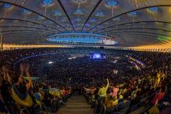 KYIV UKRAINA, CZERWIEC, - 21: Pełny stadium wachluje na koncercie Okean E Zdjęcia Stock
