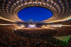 KYIV UKRAINA, CZERWIEC, - 21: Pełny stadium wachluje na koncercie Okean E Obraz Royalty Free