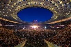 KYIV UKRAINA, CZERWIEC, - 21: Pełny stadium wachluje na koncercie Okean E Fotografia Royalty Free