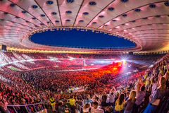 KYIV UKRAINA, CZERWIEC, - 21: Pełny stadium wachluje na koncercie Okean E Zdjęcie Royalty Free