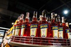 Kyiv Ukraina - December 19, 2018: Flaskor av Aperol på supermarket Aperol är en italiensk aperitif som göras av gentianan, rabarb arkivfoton