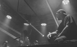 05 17 2019 - Kyiv Ukraina: discjockeyn utf?r i en nattklubb Dj som spelar p? ett parti royaltyfria bilder