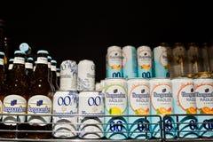 Kyiv Ukraina, Grudzień, - 19, 2018: Hoegaarden puszki na półkach w supermarkecie i butelki Hoegaarden jest browarem w Belgia i obraz stock