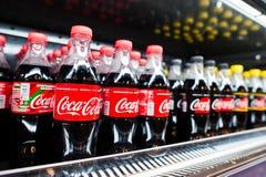 Kyiv Ukraina, Grudzień, - 19, 2018: Plastikowe butelki koka-kola na fridge na stojaku przy supermarketem Koka-kola Firma jest wio fotografia stock