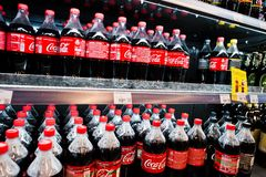 Kyiv Ukraina, Grudzień, - 19, 2018: Plastikowe butelki koka-kola na fridge na stojaku przy supermarketem Koka-kola Firma jest wio obraz royalty free
