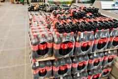 Kyiv Ukraina, Grudzień, - 19, 2018: Plastikowe butelki koka-kola na pokazie na stojaku przy supermarketem Koka-kola Firma jest wi obraz royalty free