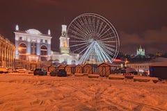 KYIV, UKRAINA GRUDZIEŃ 23,2017: Przygotowania dla Bożenarodzeniowych wakacji i nowego roku Instalacja Ferris koło przy C Fotografia Royalty Free