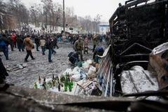 KYIV UKRAINA, JAN, - 21: Protestujący przygotowywają koktajl mołotowa z benzyną na barykadach i czekać na walki z policją Zdjęcie Stock